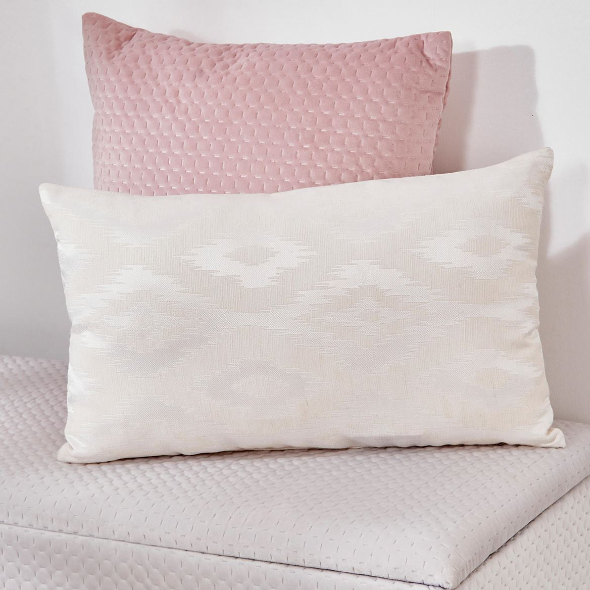 WYTTE Coussin blanc Larg. 30 x Long. 50 cm_wytte-coussin-blanc-larg--30-x-long--50-cm